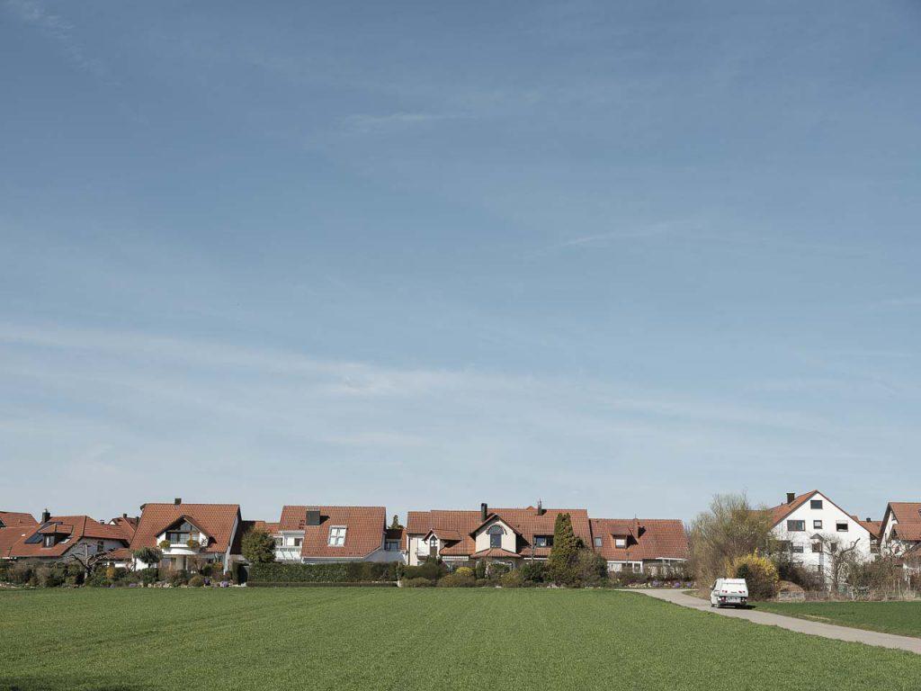 Siedlung mit Lebensqualität: Die Belchenstraße in Ostfildern liegt mitten im Grünen. Die Anwohner verbindet der Sinn für Natur, Nachbarschaft – und Elektromobilität.