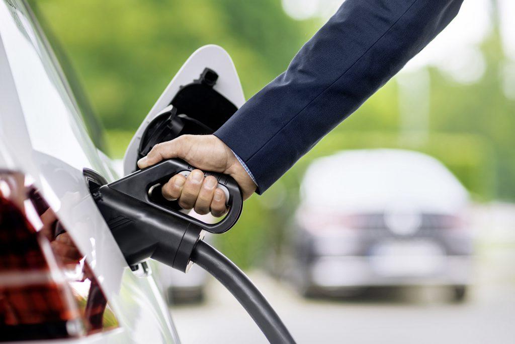 Laden mit System: VW arbeitet unter anderem gemeinsam mit dem VDE|FNN darauf hin, dass Elektroautos und Ladestationen, andere Stromverbraucher in Haushalten, Stromnetze und Energieversorger Informationen austauschen.