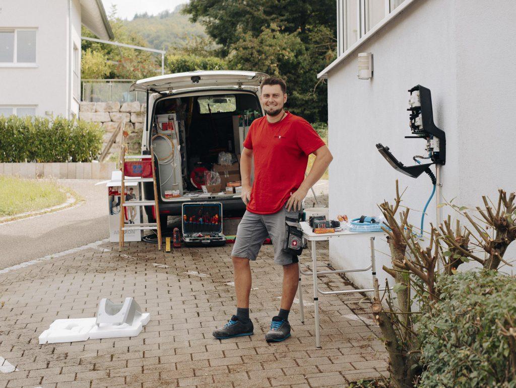 E-Mobilität boomt: Fast jede Woche montiert Alexander Brodbeck eine Wallbox.