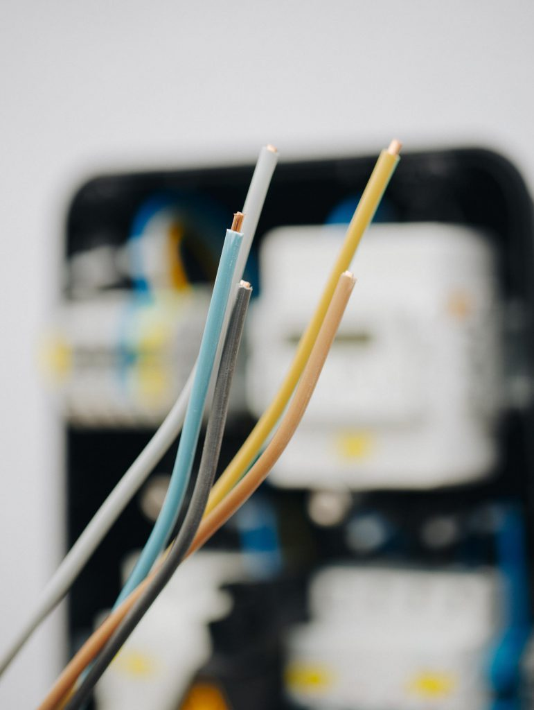 Aus fünf Adern besteht das Kabel, das den Strom für die Wallbox liefert: drei Außenleiter sowie je ein Neutral- und Schutzleiter.